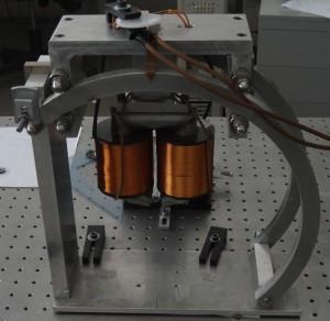 Bobine utilizzate per la produzione di intensi campi magnetici localizzati. Le bobine fanno parte di un magnetometro ad effetto Kerr che consente di sfruttare la luce visibile per studiare le proprietà magnetiche.